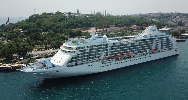 سفينة ريجنت سفن سييز راسية في إسطنبول (الأناضول)