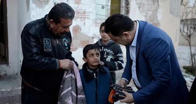 تعرف على قصة الطفل السوري الذي أهدى بطانيته لكلب جريح في تركيا