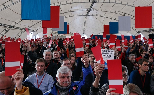 Supporters of Russian opposition leader Alexei Navalny vote during a meeting to uphold his bid for presidential candidate, in Moscow, Russia, Dec. 24, 2017. (Reuters Photo)