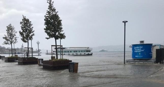 أمطار غزيرة تؤثر على إسطنبول وتوقف حركة الملاحة فيها