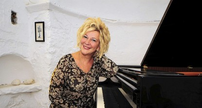 State artist Gülsin Onay is paying her respects to her teacher Ahmet Adnan Saygun through her music.br / br / Deemed a miracle child of the music world due to her talent in piano, Onay started to...