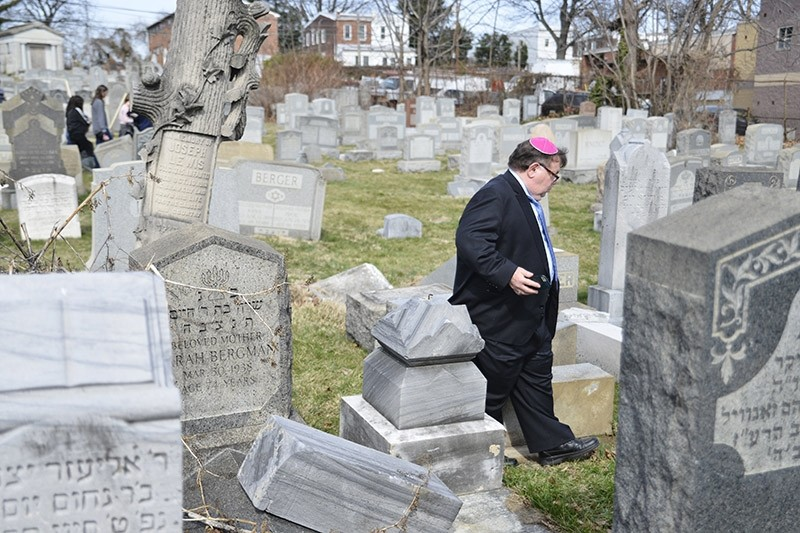 Shelly Farber searches for the resting place of his relatives at Mount Carmel Cemetery  in Philadelphia, Pennsylvania USA 28 February 2017. (EPA Photo)