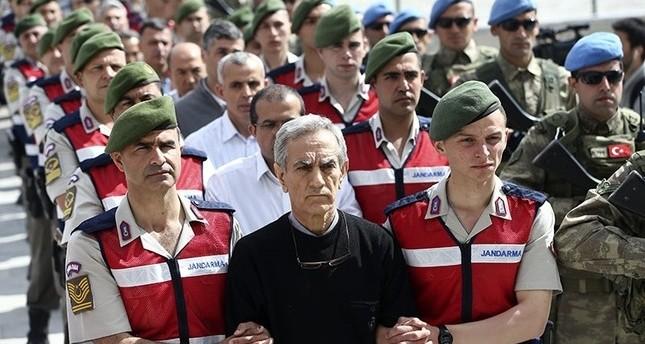قادة محاولة الانقلاب الفاشل أثناء اقتيادهم إلى قاعة المحكمة بالعاصمة التركية أنقرة يتقدمهم القائد الأسبق للقوات الجوية أقين أوزتورك مايو 2017  (وكالة الأناضول للأنباء)