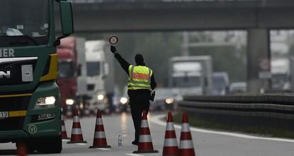 pDer neue Bundesinnenminister Horst Seehofer will die wiedereingeführten Grenzkontrollen auf unbestimmte Zeit fortsetzen und noch ausweiten./p  p«Die Binnengrenzkontrollen müssen so lange...