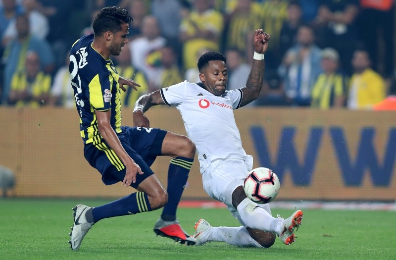 Fenerbahu00e7e's Reyes (L) in action against Beu015fiktau015f' Lens (R) during the Turkish Super League match at u015eu00fckru00fc Sarau00e7ou011flu Stadium in Istanbul, 24 Sept. 2018 (EPA Photo)