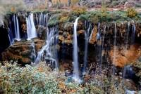 شلال غوكسو في قونية يشكل وسط الطبيعة لوحة ذات ألوان زاهية