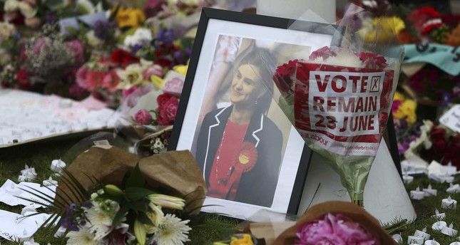 Tributes in memory of murdered Labour Party MP Jo Cox, who was shot dead in Birstall, are left at Parliament Square in London, Britain June 18, 2016. (REUTERS Photo)