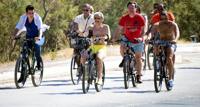 الوليد بن طلال يجول في شوارع بودروم التركية بدراجة هوائية