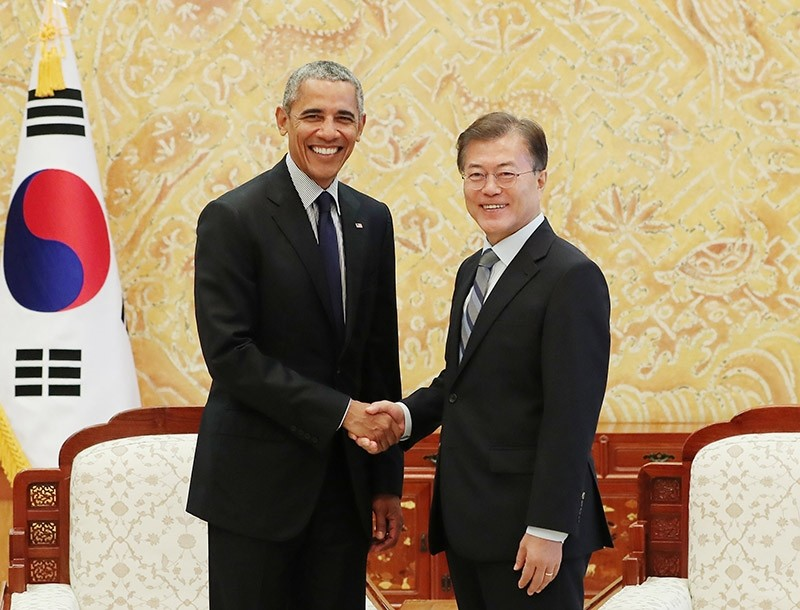 A handout photo made available by the South Korean Presidential Office shows South Korean President Moon Jae-in (R) shaking hands with former US President Barack Obama (L) in Seoul, South Korea, 03 July 2017. (EPA Photo)
