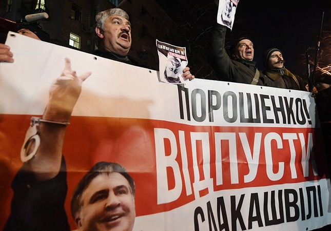 Supporters of former Georgian President Mikheil Saakashvili demonstrate holding a banner reading Poroshenko release Saakashvili in front of the Ukrainian President Petro Poroshenko's office, in Kiev, Ukraine, Feb. 12, 2018. (AFP Photo)