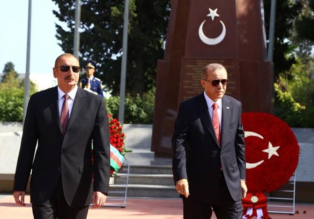 President Recep Tayyip Erdoğan (R) and his Azerbaijani counterpart Ilham Aliyev visit the Turkish Cemetary in Baku, Azerbaijan, on Sept. 15, 2018. (AA Photo)