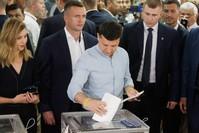 فلاديمير زيلينسكي الرئيس الأوكراني وهو يدلي بصوته في الانتخابات التشريعية المبكرة