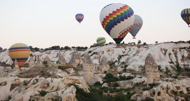 إقبال كبير من السياح على جولات التحليق بالمناطيد في كبادوكيا التركية