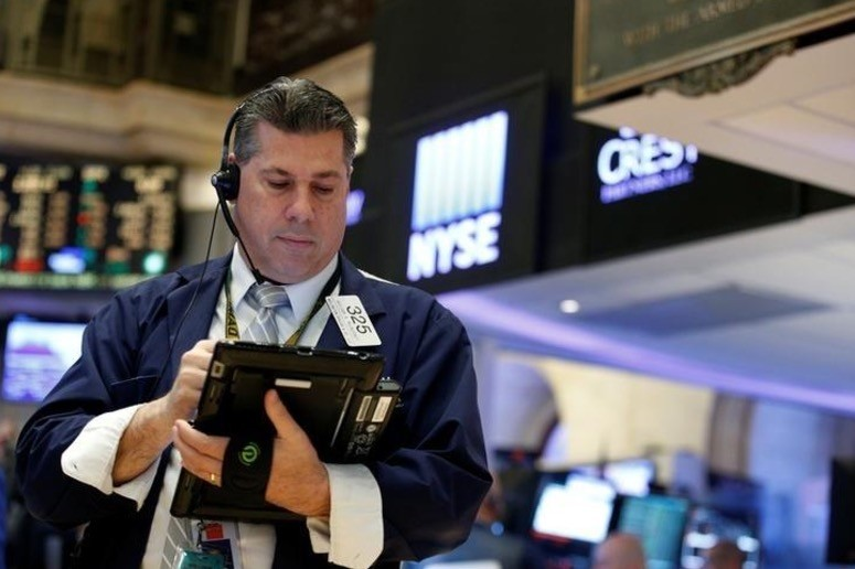 Traders work on the floor of the New York Stock Exchange (NYSE) in New York, U.S., May 25, 2017. (Reuters Photo)