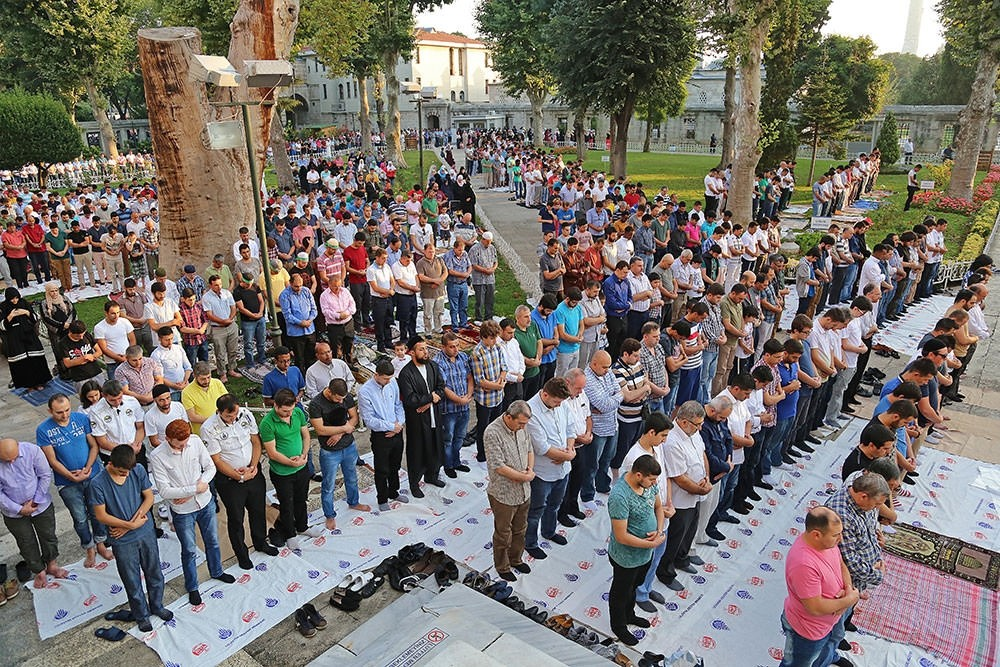 Thousands of muslims gathered in the Sultanahmet Mosque in Turkey's Istanbul for the Eid al-Fitra prayers.