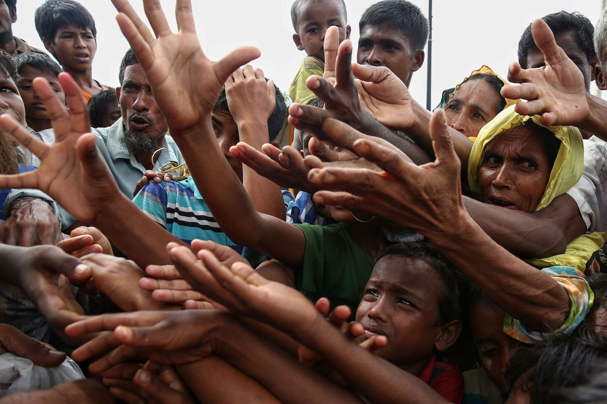 This August 30, 2017 photo shows Rohingya refugees reaching for food aid at Kutupalong refugee camp in Ukhiya near the Bangladesh-Myanmar border. (AFP Photo)