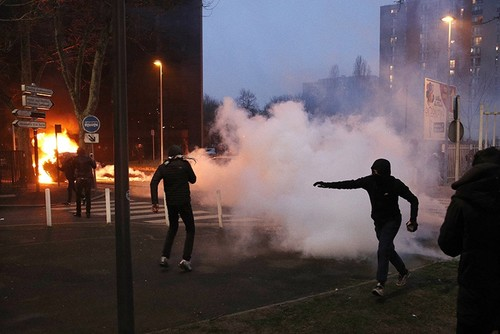 Protesters clash with French riot police in Bobigny, a suburb of Paris. Feb. 11, 2017. (EPA Photo)