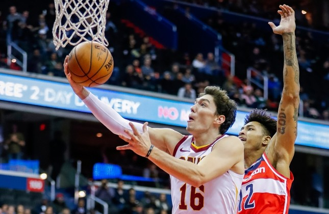 Cleveland Cavaliers forward Cedi Osman (L) of Turkey in action against Washington Wizards forward Kelly Oubre Jr. (R) during the second half of the NBA game at Capital One Arena in Washington, DC, USA, Nov. 14 2018. (EPA Photo)