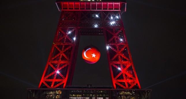 معالم دولية تُضاء بألوان علم تركيا تضامنًا مع شعبها