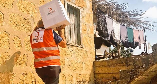 الهلال الأحمر التركي يوزع كسوة العيد على أطفال فقراء بغزة