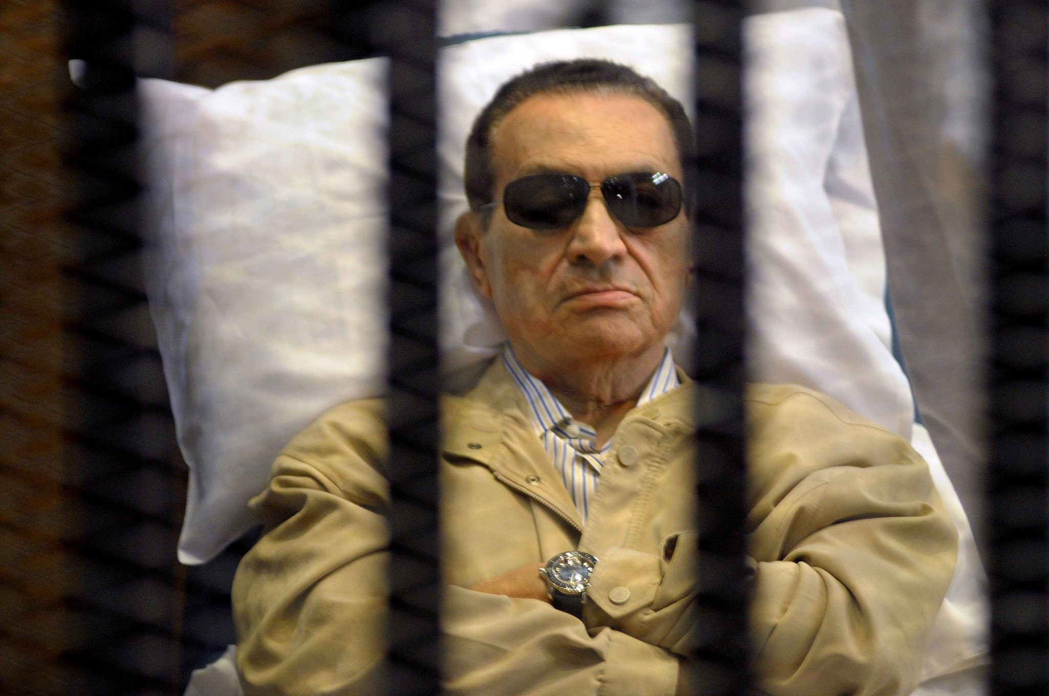 Ousted Egyptian president Hosni Mubarak sits inside a cage in a courtroom during his verdict hearing in Cairo on June 2, 2012.  (AFP Photo)
