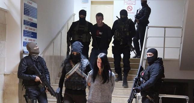 الإرهابيان الموقوفان أثناء ترحيلهم من مديرية أمن ولاية شيرناق   (صحيفة تقويم)