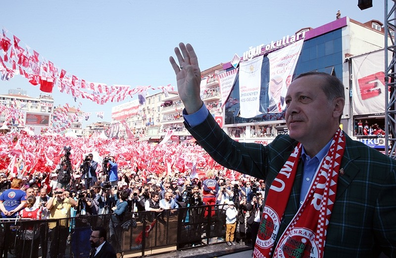 President Recep Tayyip Erdou011fan waves at supporters in an election rally in u00dcmraniye district, Istanbul, April 15, 2017. (AA Photo)