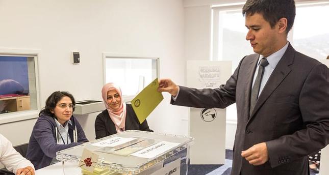 الأتراك في الخارج يواصلون الإدلاء بأصواتهم حول التعديلات الدستورية