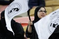 سعوديات في ملعب جدة لكرة القدم الفرنسية