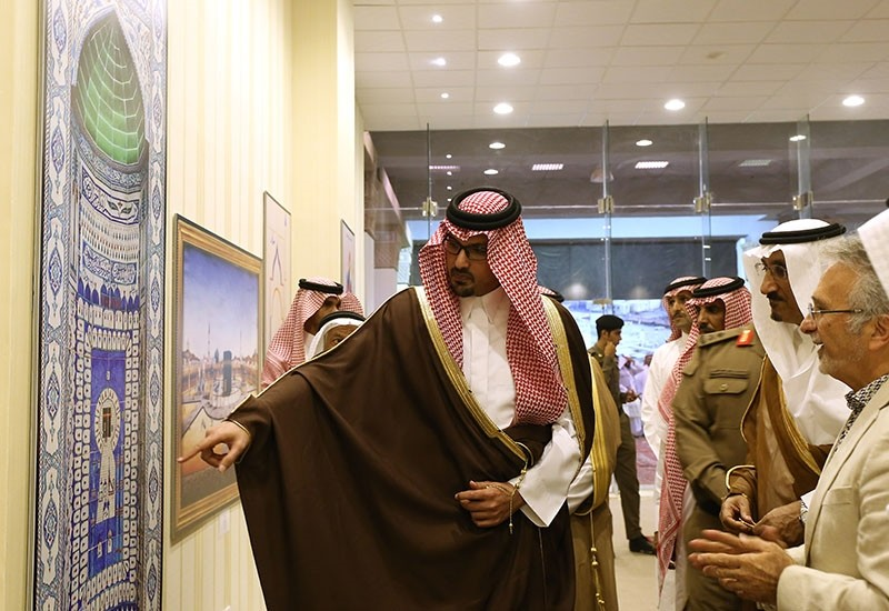 Exhibition's organizer u00d6mer Faruk Aksoy informs Emir Suud bin Khalid al-Faisal (L), deputy emir of Medina, regarding the pieces displayed in the event near the Masjid al-Nabawi in Medina, Saudi Arabia, August 3, 2017. (AA Photo)