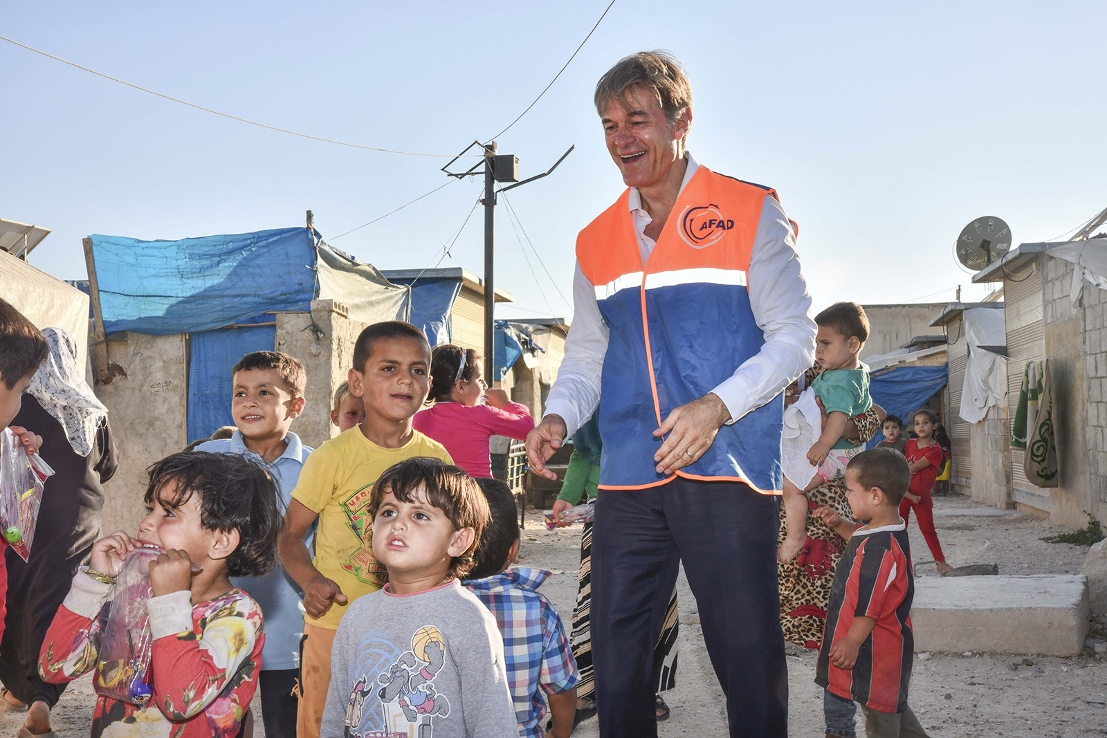 Dr. Öz gives medical assistance to Syrian children during visit to Azaz