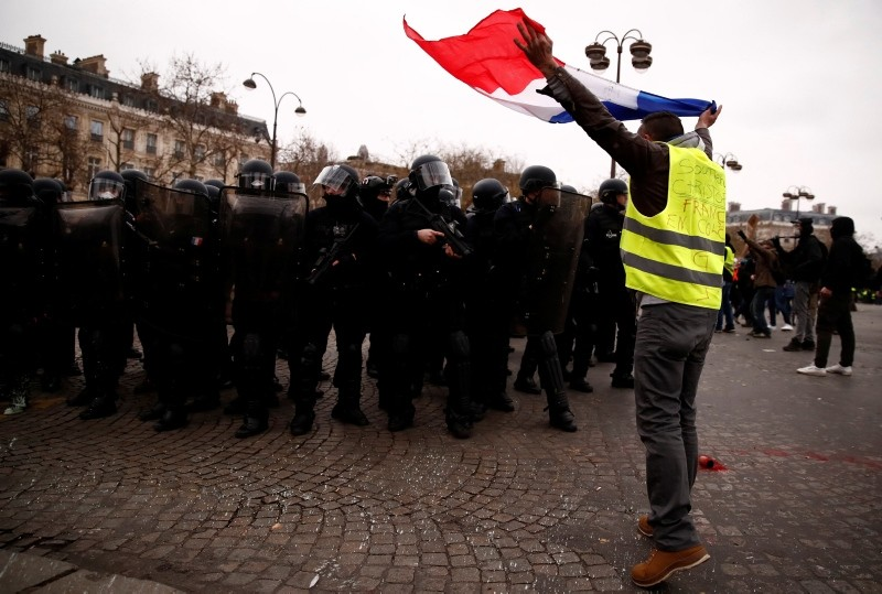 A protester wearing a yellow vest takes part in a demonstration by the ,yellow vests, movement near the Arc de Triomphe in Paris, France, January 12, 2019. (REUTERS Photo)