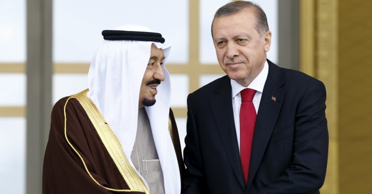 President Tayyip Erdou011fan (R) and Saudi King Salman shake hands during a welcoming ceremony in Ankara, Turkey, April 12, 2016. (Reuters Photo)
