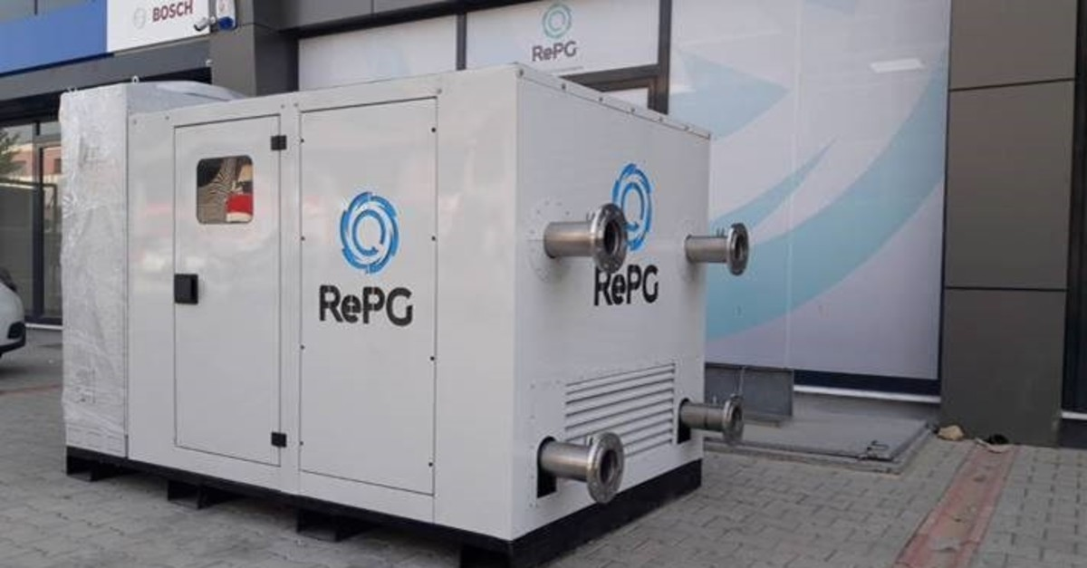 The device is capable of generating electrical energy of up to 5 kilowatts and can supply a house's need for heating and cooling. It converts humidity and its energy in the air into water and electricity.