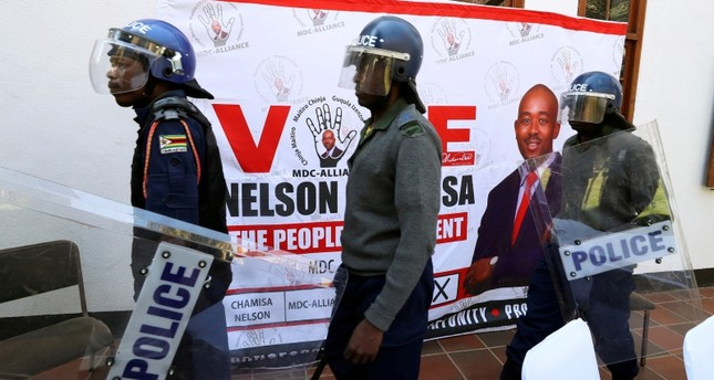 Riot police arrive at a press conference due to be addressed by opposition Movement for Democratic Change (MDC) leader Nelson Chamisa, ordering journalist out of the venue in Harare, Zimbabwe, August 3, 2018. (Reuters Photo)