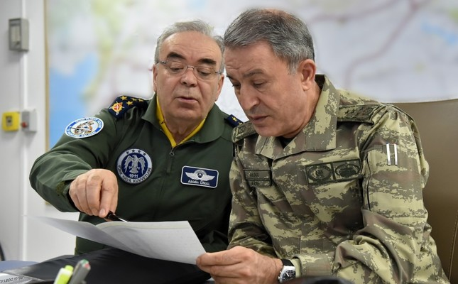 Chief of Staff Hulusi Akar (right) discusses the operation details with commander of the Turkish air forces Abidin Ünal yesterday.