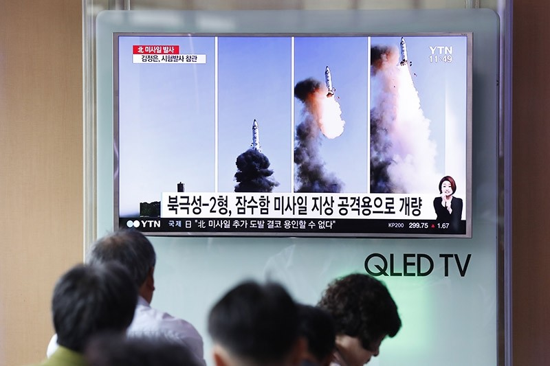 South Koreans watch a television displaying news broadcasts reporting on North Korea's recent medium-range ballistic missile launch at a station in Seoul, South Korea, 22 May 2017. (EPA Photo)
