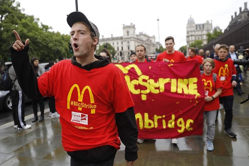 Demonstrators participate in a protest over working conditions and the use of zero-hour contracts at British outlets of US burger chain McDonalds, in central London on September 4, 2017 (AFP Photo)