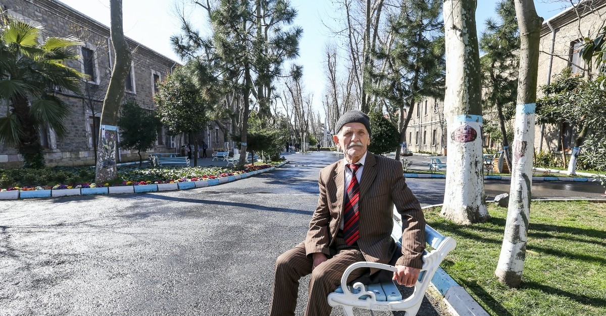 A Daru00fclaceze resident pose in the garden of the complex.