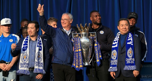 Leicester City's manager Claudio Ranieri holds the trophy alongside Chairman Vichai Srivaddhanaprabha (R) during celebrations for winning the English Premier league title at Victoria Park May 16, 2016. (AP Photo)