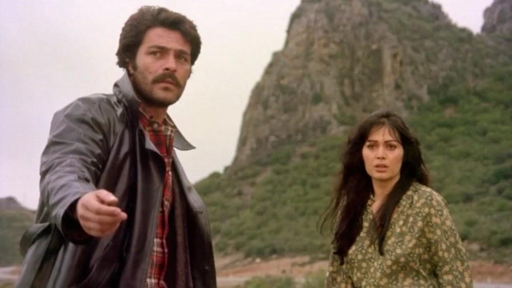 Kadir u0130nanu0131r (l) and Tu00fcrkan u015eoray (r) shared the leading roles in the film u201cThe Girl with the Red Scarf,u201d directed by Atu0131f Yu0131lmaz.