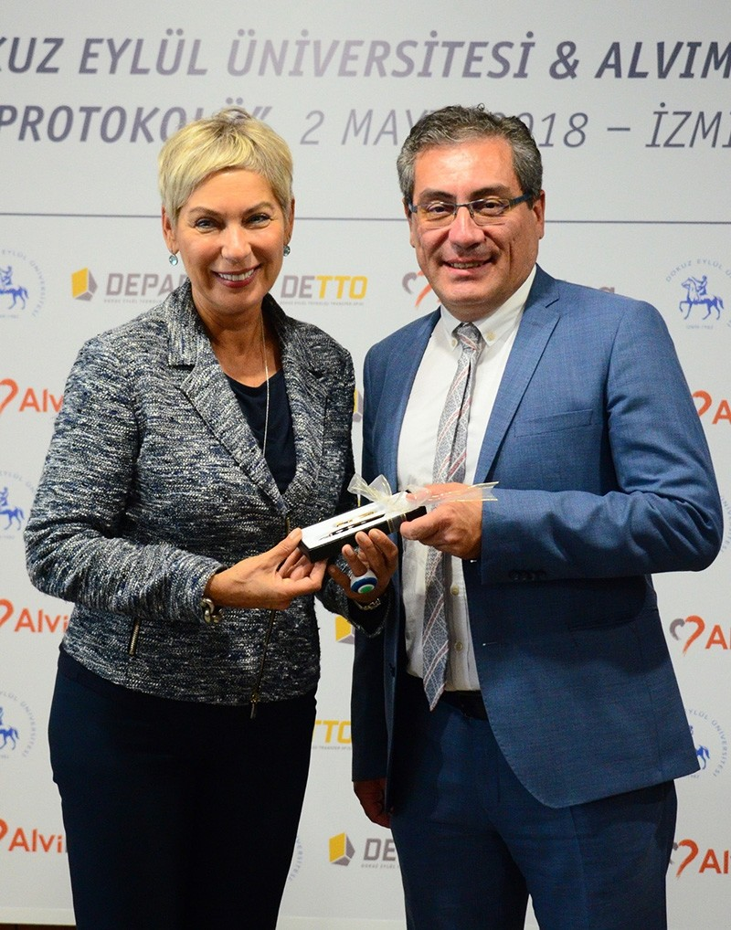 Dokuz Eylu00fcl professor and cardiologist Erdem Silistreli (R) and Alvimedica President Leyla Alaton display portable blood pump machine. (AA Photo)
