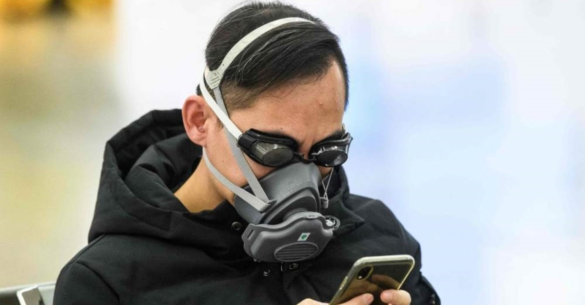 A man wears swimming goggles and a face mask at a high-speed train station in Hong Kong, Jan. 28, 2020. (AFP Photo)