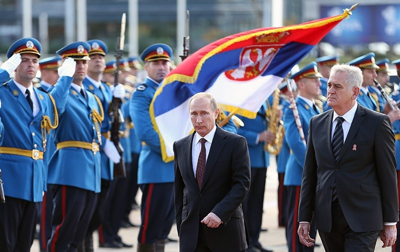 Russian President Vladimir Putin (C) inspects the guard of honour together with Serbian President Tomislav Nikolic (R), in Belgrade, Serbia. (EPA File Photo)