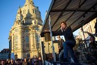 Mit einem Überraschungskonzert auf einer Lkw-Ladefläche haben die Toten Hosen in Dresden ein Zeichen gegen rechten Fremdenhass gesetzt.  Während sich das islamfeindliche Pegida-Bündnis nicht weit...