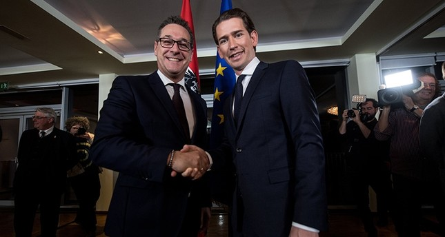 Austrian Foreign Minister and the leader of the Austrian Peoples Party Sebastian Kurz (R) and leader of the right-wing Austrian Freedom Party Heinz-Christian Strache (R) shake hands after a news conference in Austria, 14 Dec. 2017. (EPA Photo)