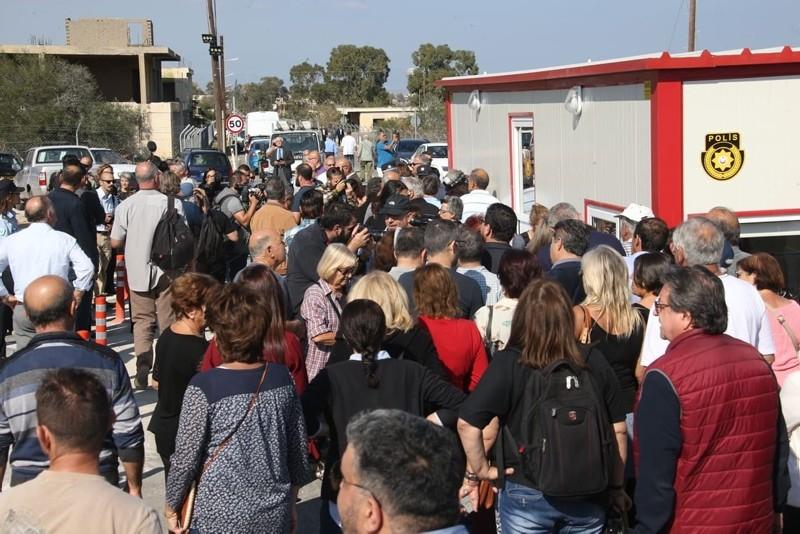 Turkish and Greek Cypriots arrive at Dherynia border crossing, Nov. 12, 2018. (DHA Photo)