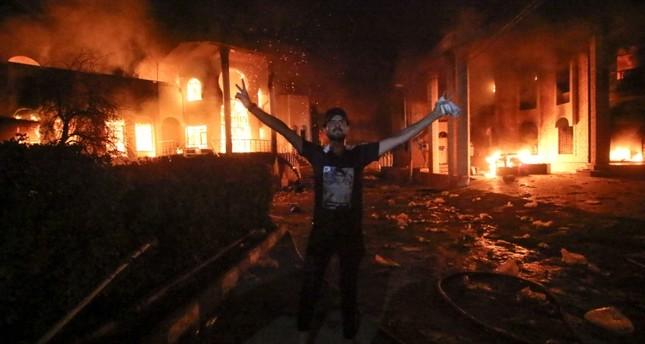 مبنى القنصلية الإيرانية بعد إحراقه من قبل بعض المتظاهرين (وكالة الأنباء الفرنسية)