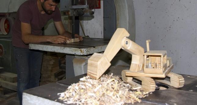 إقبال كبير على ألعاب خشبية يصنعها شاب تركي
