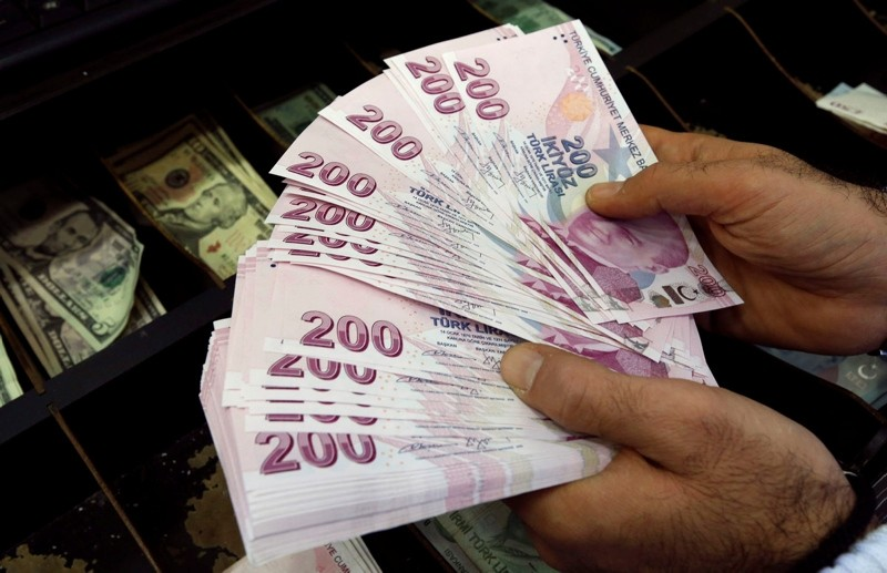 A money changer counts Turkish lira bills at an currency exchange office in Istanbul, Dec. 16, 2014. (Reuters Photo)